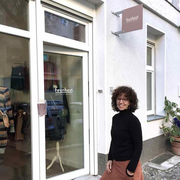 Modedesignerin Simone Seidel vor ihrem Atelier